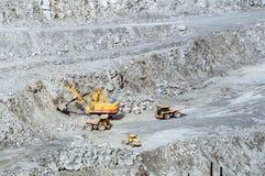 Exploitation d'exploitation à ciel ouvert, la ville d'Asbest, oblast de Sverdlovsk, Russie, Ural, 24 04 2016 ans Photos stock