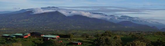 Exploitation laitière colorée dans le settin montagneux renversant Photographie stock libre de droits