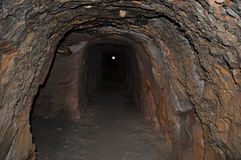 Exploitation souterraine de mine d'entraînement avec la lumière dans le tunnel Image libre de droits
