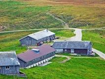 Exploitations traditionnelles rurales d'architecture et d'élevage dans la région d'Obertoggenburg, chope en grès photo stock