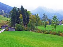 Exploitations traditionnelles rurales d'architecture et d'élevage dans la région d'Obertoggenburg, chope en grès photographie stock