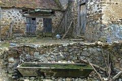 Exploração agrícola abandonada e abandonada em França rural imagem de stock