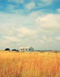 Exploração agrícola abandonada velha no campo imagens de stock