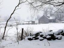 Exploração agrícola: celeiro na névoa e na neve - h Foto de Stock