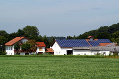Exploração agrícola com central energética solar Fotos de Stock Royalty Free