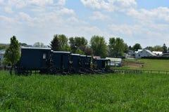Exploração agrícola com os carrinhos e os carros de Amish estacionados foto de stock royalty free