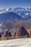 Exploração agrícola com os monte de feno no inverno Foto de Stock