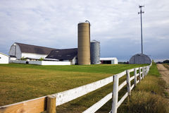Exploração agrícola com uma torre da pilha Imagem de Stock