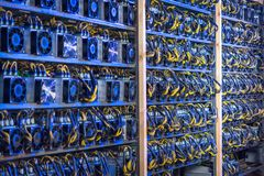 Exploração agrícola da mineração do cryptocurrency de Bitcoin fotos de stock royalty free