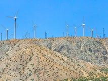 A exploração agrícola da turbina eólica no deserto de Plam salta, Califórnia Imagens de Stock