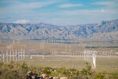 A exploração agrícola da turbina eólica no deserto de Plam salta, Califórnia Foto de Stock Royalty Free