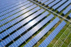 Exploração agrícola das energias solares fotografia de stock royalty free