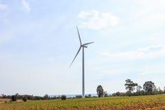 Exploração agrícola das turbinas eólicas no monte Gerando a eletricidade, Tailândia Foto de Stock