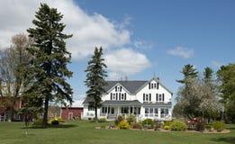 Exploração agrícola de leiteria rural grande de Wisconsin da casa da quinta do país Fotos de Stock Royalty Free