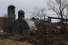 Exploração agrícola de leiteria velha em um dia de inverno frio Fotografia de Stock