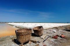 Exploração agrícola de sal com céu azul Imagens de Stock Royalty Free