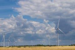 Exploração agrícola de vento litoral no meio de um campo de trigo, Botievo, Ucrânia Fotos de Stock