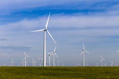 Exploração agrícola de vento na pradaria aberta Imagens de Stock
