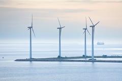 Exploração agrícola de vento a pouca distância do mar perto de Copenhaga, Dinamarca fotografia de stock