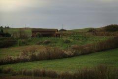Exploração agrícola derramada em Toscânia Fotografia de Stock