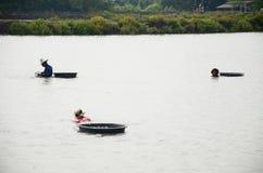 Exploração agrícola do berbigão da cultura aquática dos povos tailandeses e travamento para a venda Fotos de Stock
