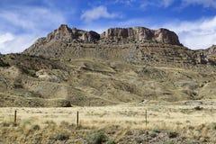 Exploração agrícola do campo em Wyoming durante o verão seco Imagens de Stock