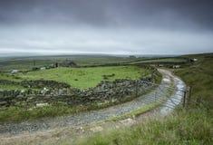 Exploração agrícola do charneca de Yorkshire na chuva imagens de stock royalty free