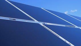 Exploração agrícola do painel solar Feche acima dos módulos solares do ar livre que compõem uma disposição vídeos de arquivo