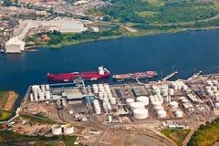 Exploração agrícola do petróleo com rio Imagens de Stock Royalty Free