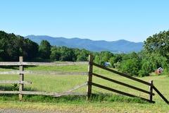 Exploração agrícola e campo ocidentais da montanha do NC Fotos de Stock Royalty Free