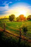 Exploração agrícola e cerca Sunset Fotografia de Stock Royalty Free