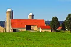Exploração agrícola e silos de Amish imagens de stock royalty free