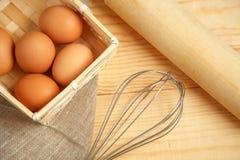 A exploração agrícola fresca eggs em um fundo rústico de madeira foto de stock royalty free