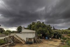 Exploração agrícola home com casa pequena durante um dia nublado fotos de stock royalty free