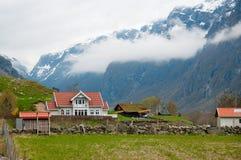 A exploração agrícola nas montanhas Fotos de Stock