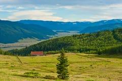 Exploração agrícola no vale Imagem de Stock Royalty Free