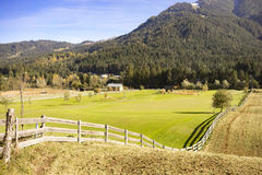 Exploração agrícola pitoresca nos montes de cumes austríacos Foto de Stock Royalty Free