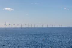 Exploração agrícola a pouca distância do mar do moinho de vento Foto de Stock Royalty Free