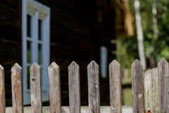 Exploração agrícola rural com a casa do vintage no fundo borrado e em f rústico Foto de Stock