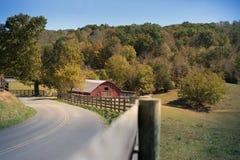 Exploração agrícola rural com o celeiro vermelho com folha do outono Imagem de Stock