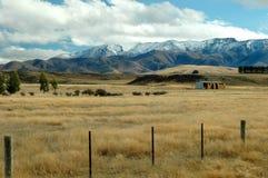 Exploração agrícola rural perto das montanhas fotografia de stock royalty free