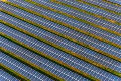 Exploração agrícola solar, painéis solares do ar imagem de stock