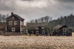 Exploração agrícola velha e abandonada no campo na Suécia fotografia de stock