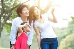 Exploração da avó, da mãe e da filha exterior fotografia de stock royalty free
