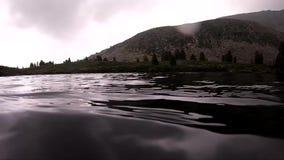 Exploração dos mergulhadores de mergulhador de um lago da montanha Movimento lento Mergulho do mau tempo, água de gelo filme