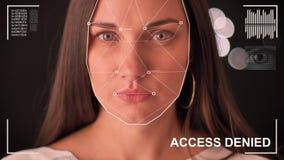 Exploração futurista e tecnologico da cara de uma mulher bonita para o reconhecimento facial e da pessoa feita a varredura