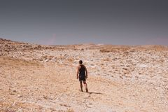 Exploração - passeio humano só em conceitos de uma liberdade rochosa do deserto e do estilo de vida e do esporte da aventura imagem de stock