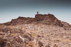 Exploração - passeio humano só em conceitos de uma liberdade rochosa do deserto e do estilo de vida e do esporte da aventura fotografia de stock royalty free