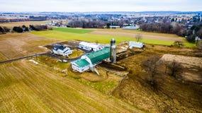 Explorações agrícolas de Amish no inverno atrasado por Ariel Drone foto de stock royalty free