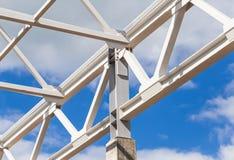 Explorações agrícolas do quadro e da construção do metal branco de uma construção foto de stock